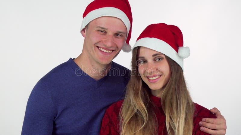Ευτυχές όμορφο άτομο που δίνει το χριστουγεννιάτικο δώρο στην όμορφη φίλη του στοκ φωτογραφία με δικαίωμα ελεύθερης χρήσης