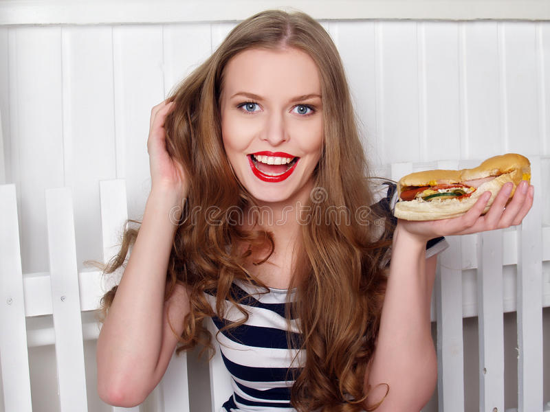 Ευτυχές όμορφο κορίτσι με το σάντουιτς στοκ φωτογραφίες
