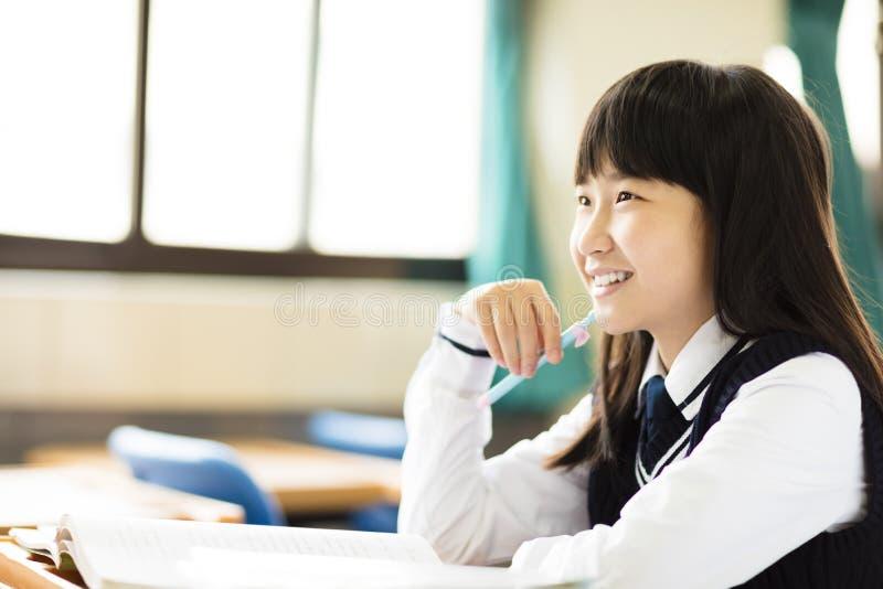 Ευτυχές όμορφο κορίτσι σπουδαστών με τα βιβλία στην τάξη στοκ φωτογραφίες με δικαίωμα ελεύθερης χρήσης