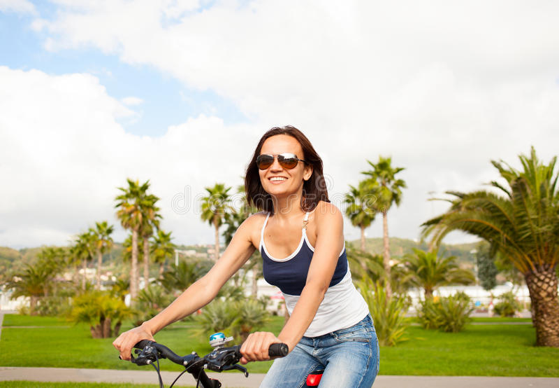 Ευτυχές όμορφο προκλητικό οδηγώντας ποδήλατο γυναικών κοριτσιών στοκ εικόνες