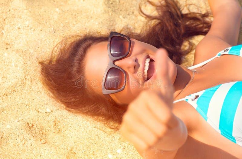Ευτυχές όμορφο πρότυπο κορίτσι που έχει τη διασκέδαση στην παραλία στοκ εικόνα