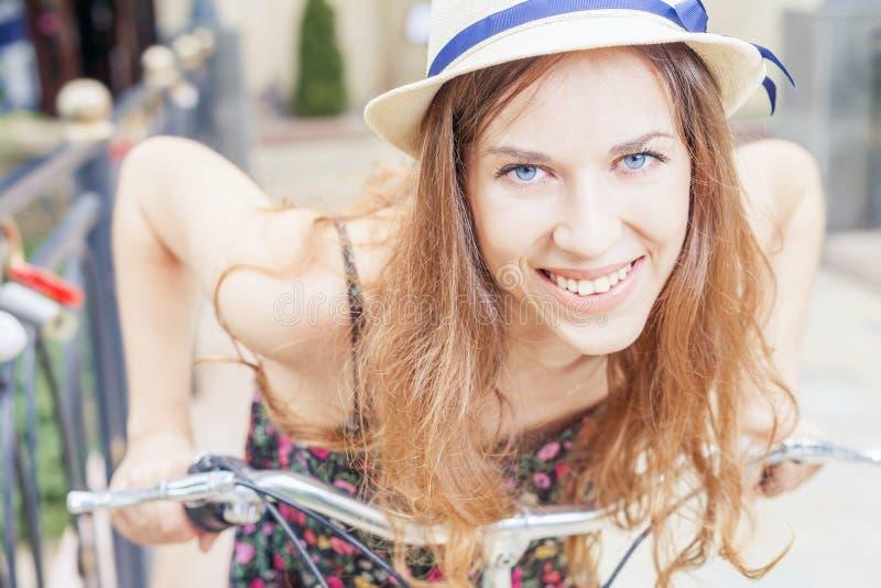 Ευτυχές όμορφο ταξίδι γυναικών κινηματογραφήσεων σε πρώτο πλάνο στο Παρίσι με το ποδήλατο πόλεων στοκ φωτογραφία με δικαίωμα ελεύθερης χρήσης