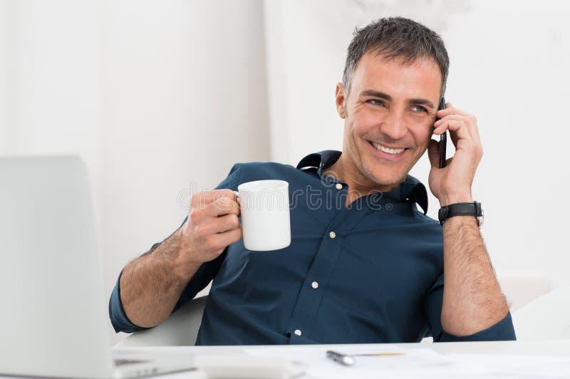 Ευτυχές ώριμο άτομο που μιλά στο κινητό τηλέφωνο στοκ φωτογραφίες με δικαίωμα ελεύθερης χρήσης