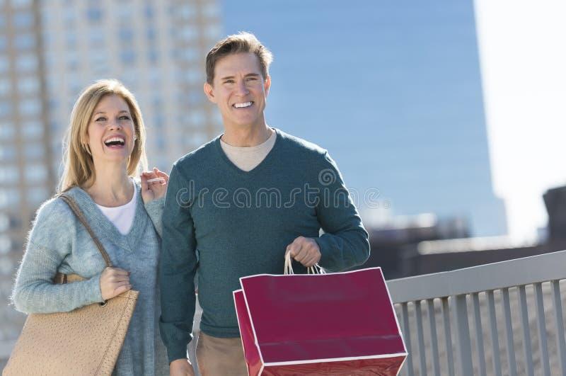 Ευτυχές ώριμο ζεύγος με την τσάντα αγορών στην πόλη στοκ φωτογραφία με δικαίωμα ελεύθερης χρήσης