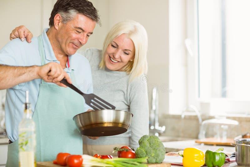 Ευτυχές ώριμο ζεύγος που κάνει το γεύμα από κοινού στοκ εικόνες