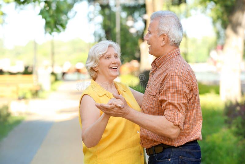 Ευτυχές ώριμο ζεύγος που χορεύει υπαίθρια στοκ εικόνα με δικαίωμα ελεύθερης χρήσης