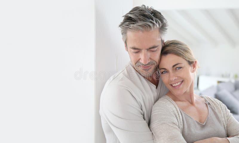 Ευτυχές ώριμο ζεύγος στην ηρεμία του σπιτιού τους στοκ φωτογραφίες με δικαίωμα ελεύθερης χρήσης