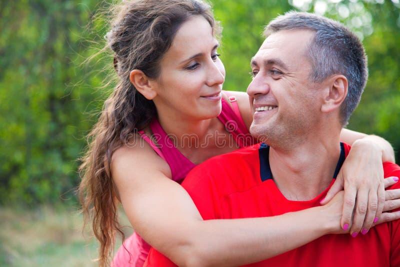 Ευτυχές ώριμο ζεύγος στοκ εικόνα