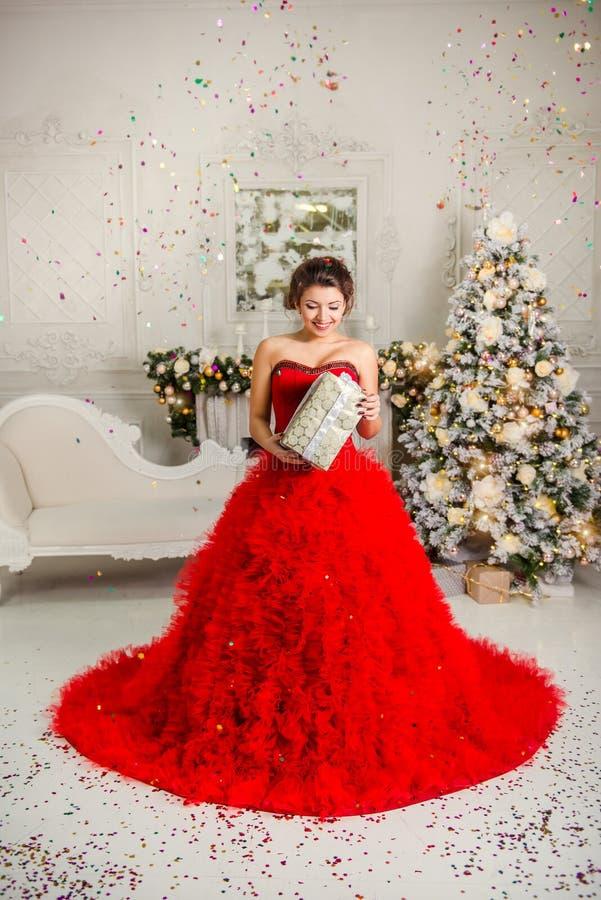 Ευτυχές δώρο Χριστουγέννων εκμετάλλευσης κοριτσιών στοκ εικόνες