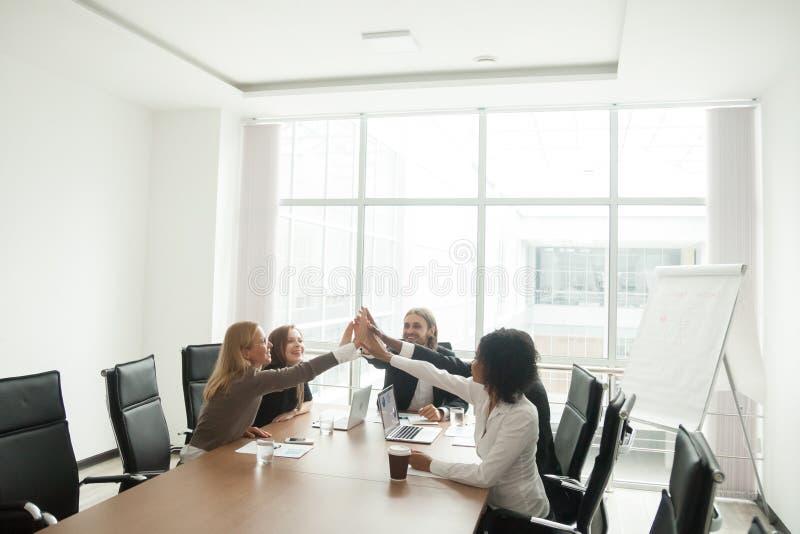 Ευτυχές businesspeople που δίνει υψηλός-πέντε στη συνεδρίαση των γραφείων, celebra στοκ φωτογραφίες