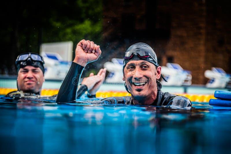Ευτυχές Freediver που γιορτάζει το Succes της πρώτων θέσης και του Πε του στοκ φωτογραφίες με δικαίωμα ελεύθερης χρήσης