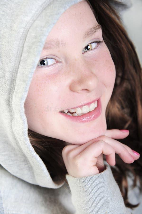 ευτυχές hoodie κοριτσιών στοκ φωτογραφία