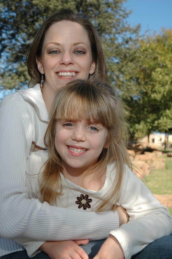 Download ευτυχές mom κορών στοκ εικόνες. εικόνα από παιδιά, οικογένειες - 1540028