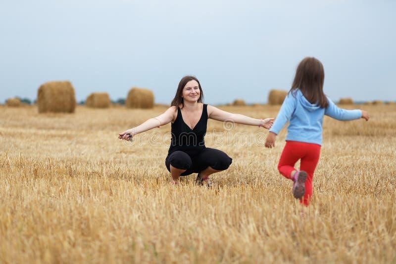 ευτυχές mom κορών στοκ εικόνα με δικαίωμα ελεύθερης χρήσης