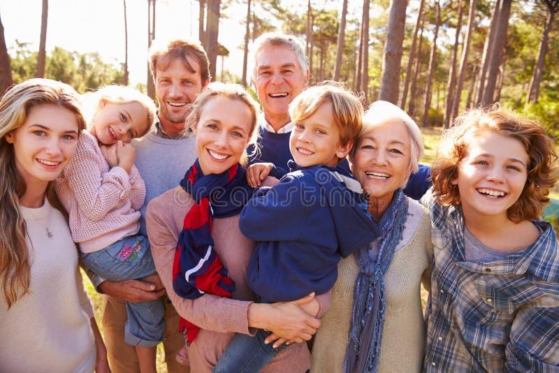 Ευτυχές multi-generation οικογενειακό πορτρέτο στην επαρχία στοκ εικόνες