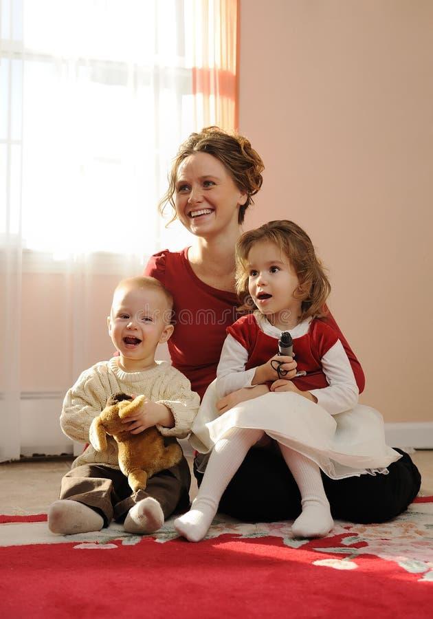 ευτυχές mum παιδιών στοκ φωτογραφίες με δικαίωμα ελεύθερης χρήσης
