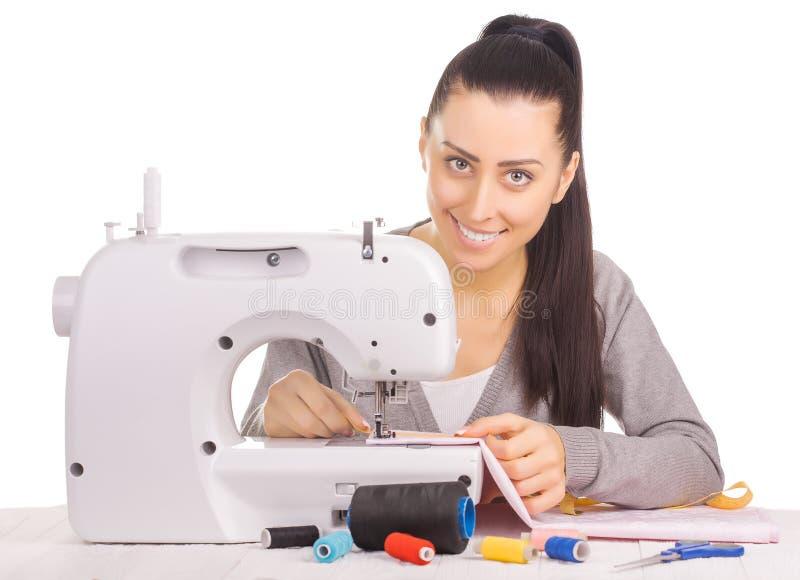 Ευτυχές seamstress ράψιμο Απομονωμένος στο λευκό στοκ εικόνες με δικαίωμα ελεύθερης χρήσης
