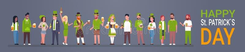 Ευτυχές ST Πάτρικ Day Party Poster, ομάδα ανθρώπων στα πράσινα ενδύματα που πίνει το οριζόντιο έμβλημα μπύρας απεικόνιση αποθεμάτων