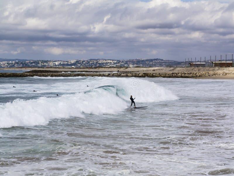 Ευτυχές surfer μετά από το τέλειο κύμα στοκ εικόνα