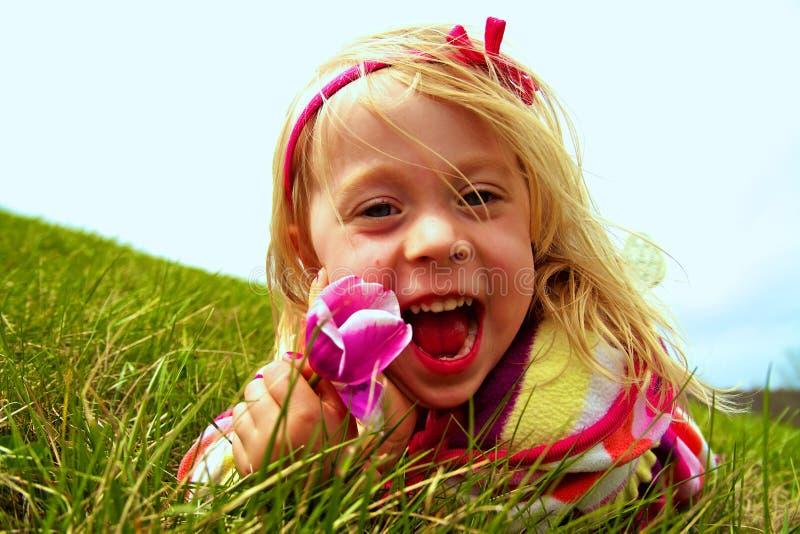 Ευτυχής άνοιξη υποδοχής μικρών κοριτσιών στοκ φωτογραφίες