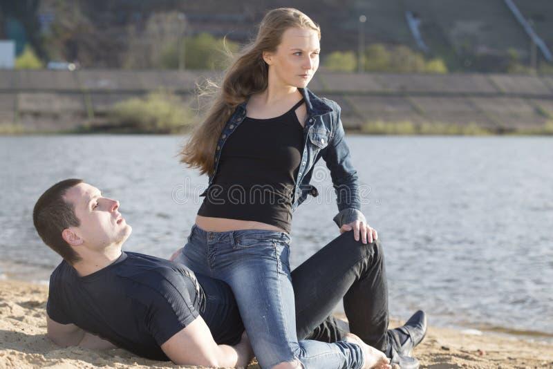Ευτυχής άνδρας με να βρεθεί γυναικών στην παραλία στοκ φωτογραφίες