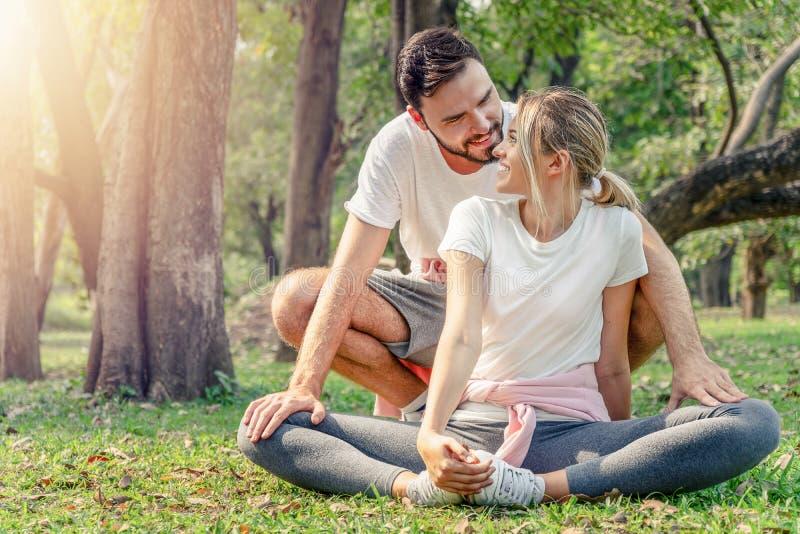 Ευτυχής άσκηση εραστών ζεύγους στο πάρκο στοκ εικόνες με δικαίωμα ελεύθερης χρήσης