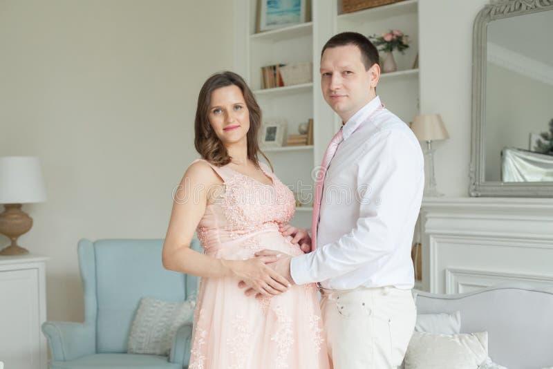 ευτυχής έγκυος ζευγών Εγκυμοσύνη, μητρότητα, προετοιμασία στοκ φωτογραφίες με δικαίωμα ελεύθερης χρήσης