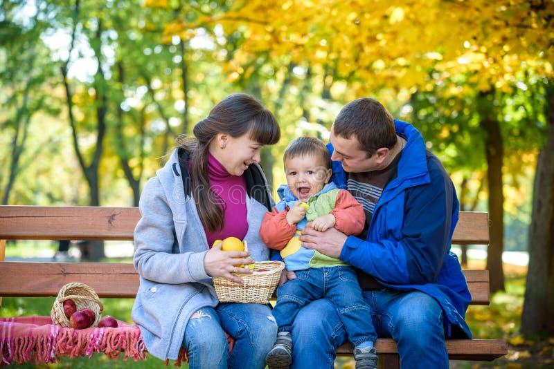Ευτυχής έννοια οικογενειακού ελεύθερου χρόνου μαζί στοκ φωτογραφία με δικαίωμα ελεύθερης χρήσης