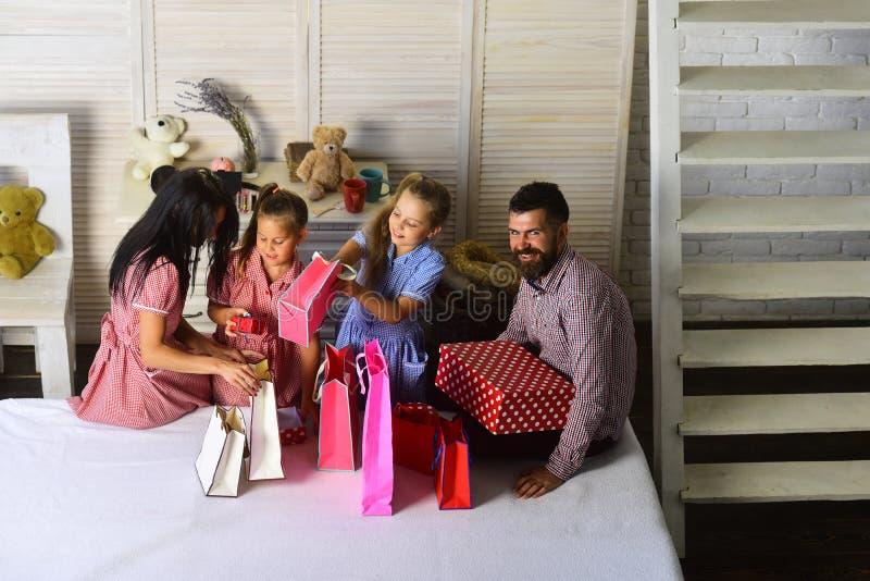 Ευτυχής έννοια οικογενειών και αγορών στοκ εικόνες