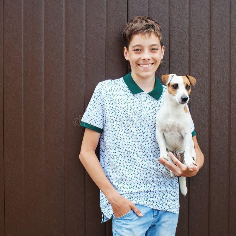 Ευτυχής έφηβος με το κατοικίδιο ζώο στοκ φωτογραφίες