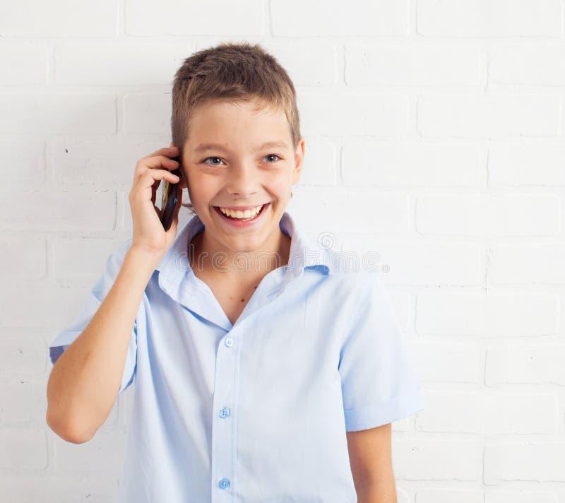 Ευτυχής έφηβος στο στούντιο στοκ εικόνες με δικαίωμα ελεύθερης χρήσης