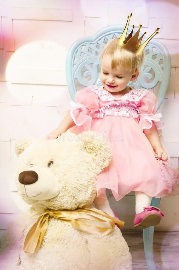 Ευτυχής λίγη πριγκήπισσα στο ρόδινες φόρεμα και την κορώνα στοκ εικόνα