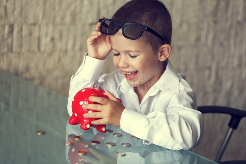 Ευτυχής λίγο αναδρομικό ύφος παιδιών διευθυντών στοκ φωτογραφία με δικαίωμα ελεύθερης χρήσης