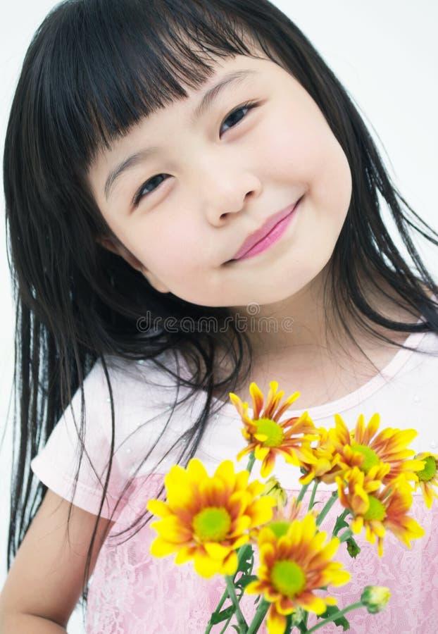 Ευτυχές μικρό κορίτσι με την κίτρινη μαργαρίτα στοκ φωτογραφίες με δικαίωμα ελεύθερης χρήσης
