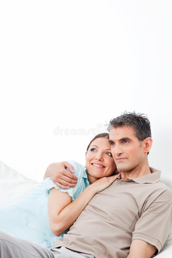 ευτυχής αγκαλιάζοντας στοργικά γυναίκα συζύγων στοκ φωτογραφία