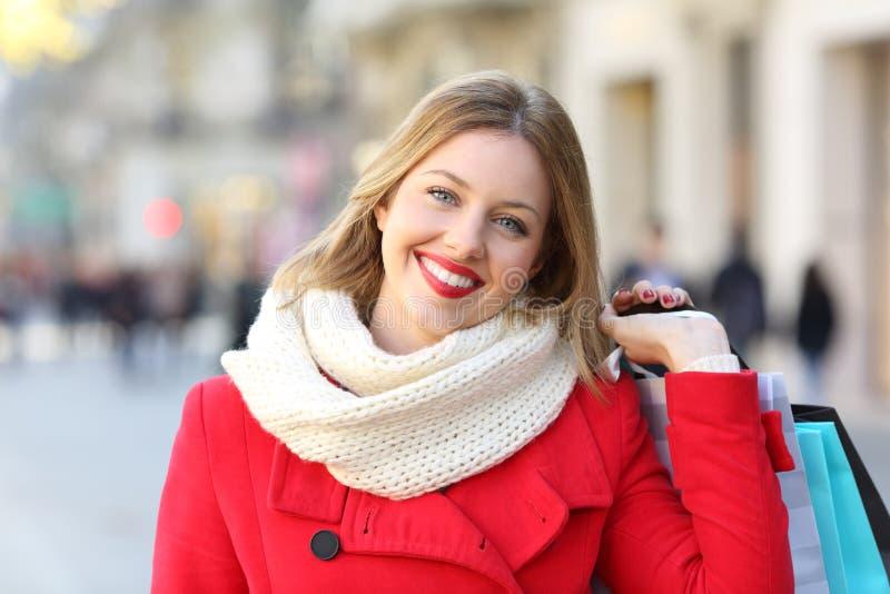 Ευτυχής αγοραστής που εξετάζει τη κάμερα το χειμώνα στοκ φωτογραφία με δικαίωμα ελεύθερης χρήσης