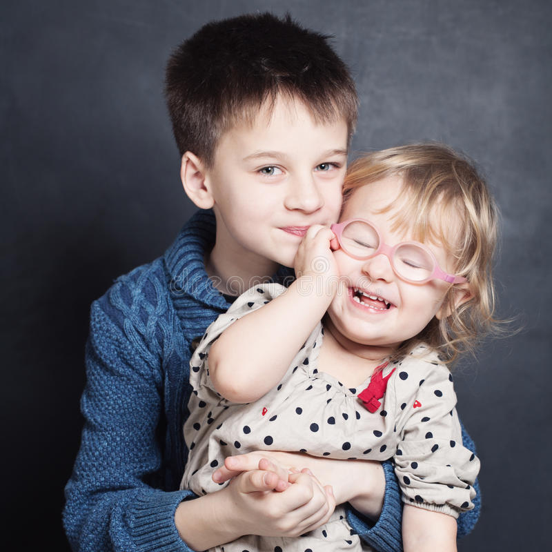 Ευτυχής αμφιθαλής παιδιών Χαμογελώντας κορίτσι και αγόρι στοκ εικόνα με δικαίωμα ελεύθερης χρήσης