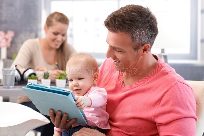 Ευτυχής ανάγνωση μωρών eBook στοκ φωτογραφίες με δικαίωμα ελεύθερης χρήσης
