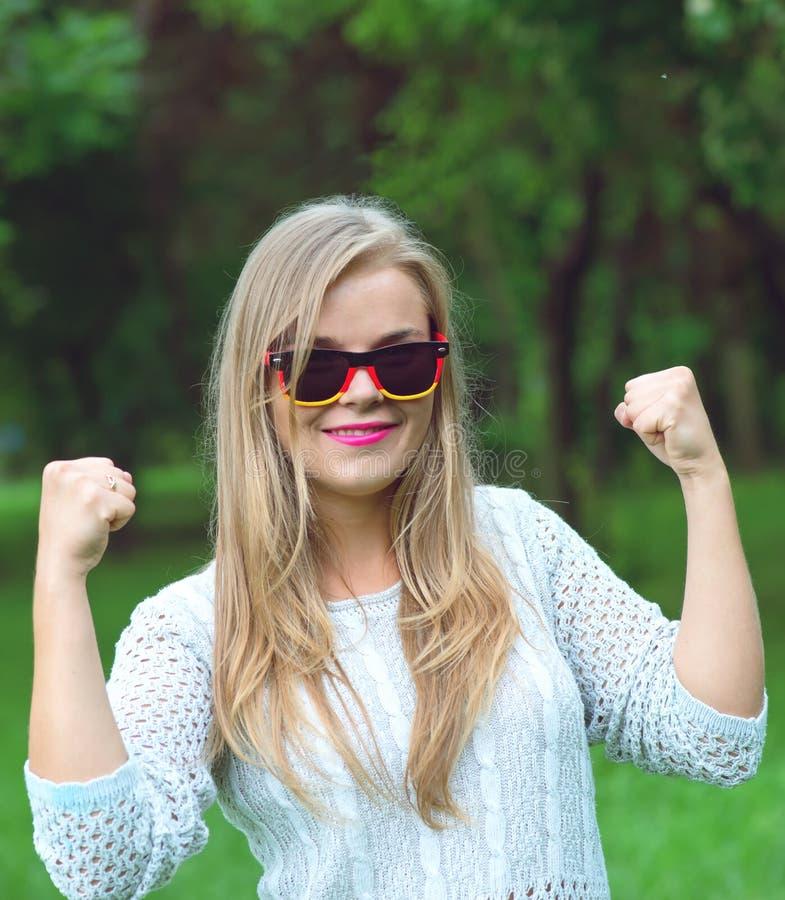 Ευτυχής ανεμιστήρας ποδοσφαίρου με τα γερμανικά γυαλιά ήλιων στοκ φωτογραφία με δικαίωμα ελεύθερης χρήσης