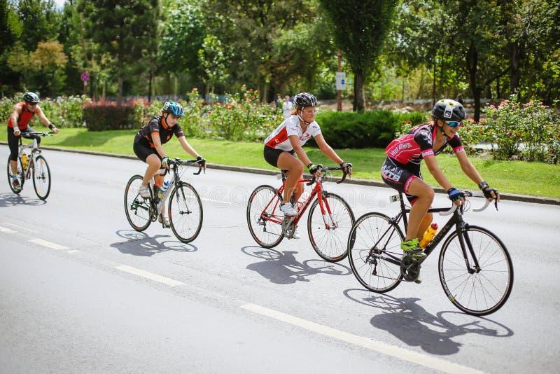 Ευτυχής ανταγωνισμός ποδηλατών στοκ εικόνες