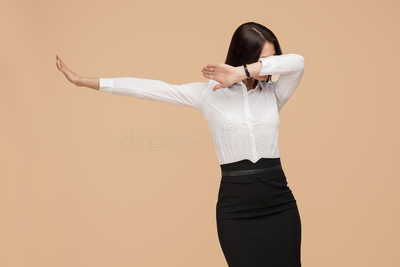 Ευτυχής ανώνυμος νέος σύγχρονος χορός επιχειρησιακών γυναικών πέρα από το μπεζ υπόβαθρο Επιτυχία και έννοια νικητών στοκ εικόνες με δικαίωμα ελεύθερης χρήσης