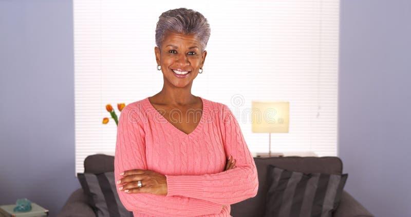 Ευτυχής ανώτερη αφρικανική γυναίκα στοκ εικόνες με δικαίωμα ελεύθερης χρήσης