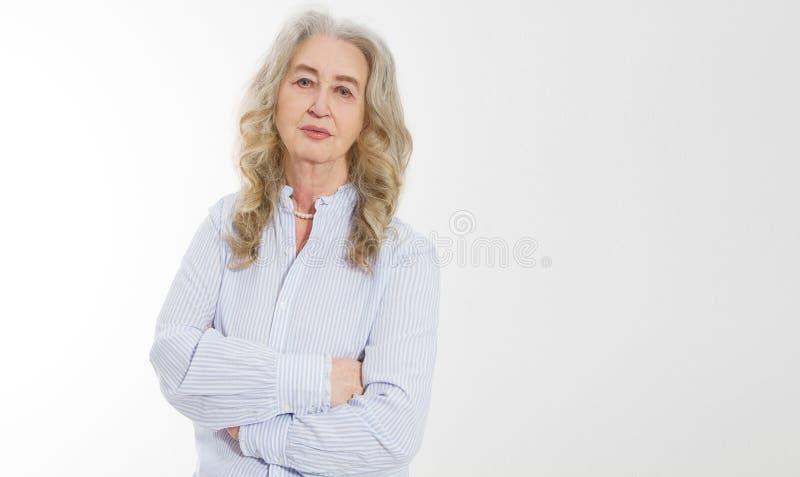 Ευτυχής ανώτερη γυναίκα με τα διασχισμένα όπλα που απομονώνεται στο άσπρο υπόβαθρο Θετική ηλικιωμένη διαβίωση ζωής πρεσβυτέρων κα στοκ εικόνα