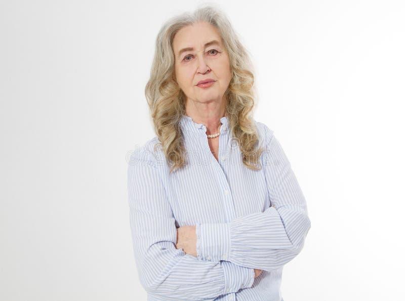 Ευτυχής ανώτερη γυναίκα με τα διασχισμένα όπλα στο άσπρο υπόβαθρο Θετική ηλικιωμένη διαβίωση ζωής πρεσβυτέρων και ευρωπαϊκή παλαι στοκ φωτογραφία