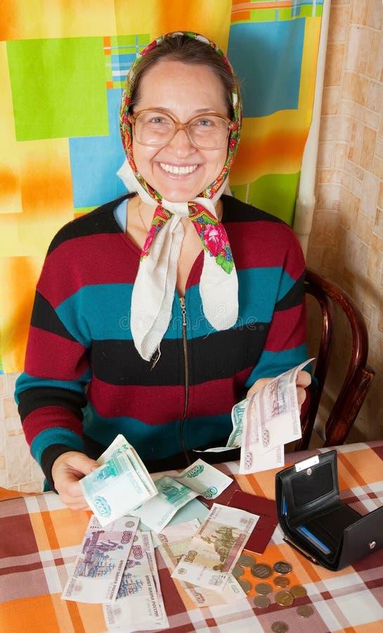 Download Ευτυχής ανώτερη γυναίκα με τα χρήματα Στοκ Εικόνα - εικόνα από ρούβλια, κουζίνα: 17050187