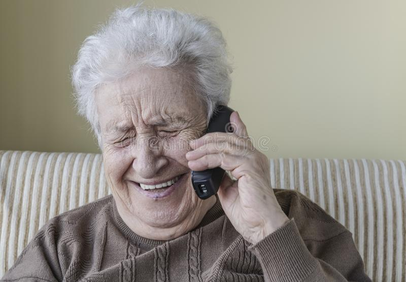Ευτυχής ανώτερη γυναίκα στο τηλέφωνο στοκ φωτογραφίες με δικαίωμα ελεύθερης χρήσης