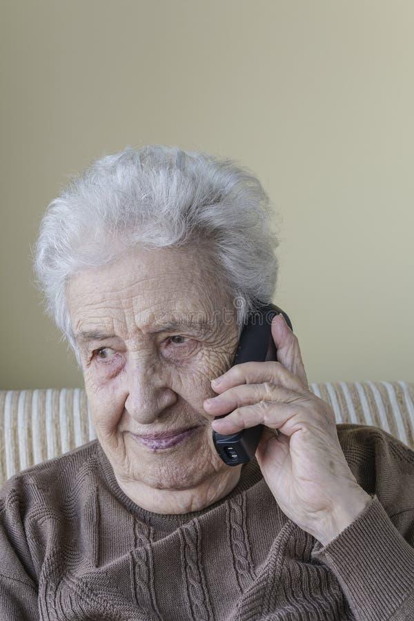 Ευτυχής ανώτερη γυναίκα στο τηλέφωνο στοκ εικόνες
