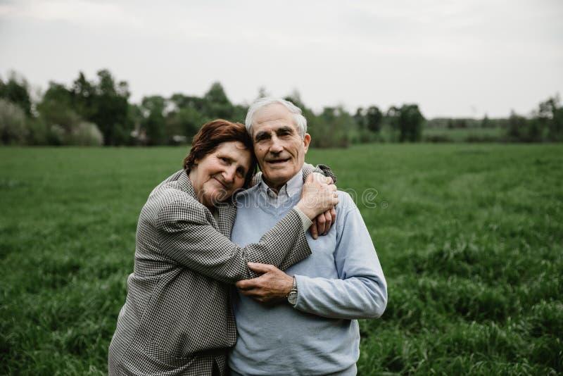 Ευτυχής ανώτερη οικογένεια που απολαμβάνει ξοδεύοντας το χρόνο από κοινού στοκ εικόνες