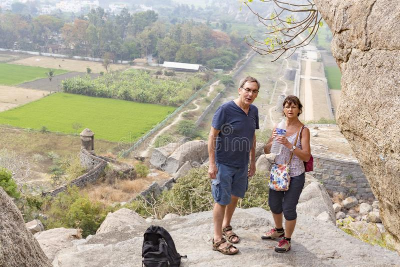 Ευτυχής ανώτερος ενήλικος τουρίστας ζευγών που επάνω τα βήματα σε Gingee, Tamil Nadu, Ινδία στοκ φωτογραφία με δικαίωμα ελεύθερης χρήσης