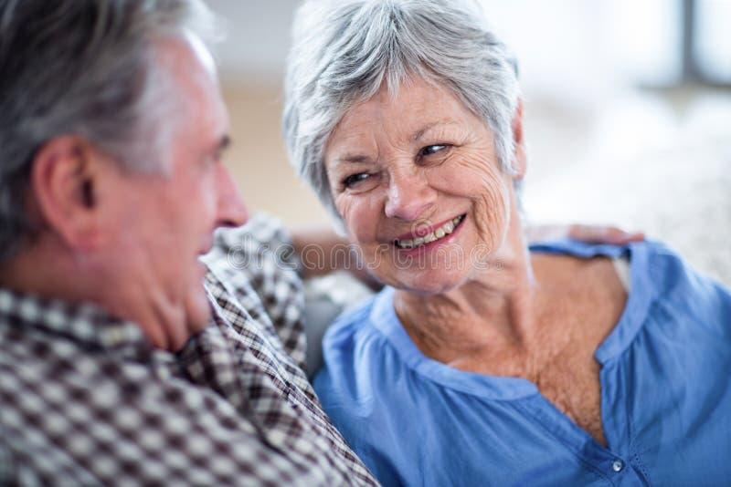 _ευτυχής ανώτερος ζεύγος κοιτάζω μεταξύ τους και χαμογελώ στοκ εικόνες